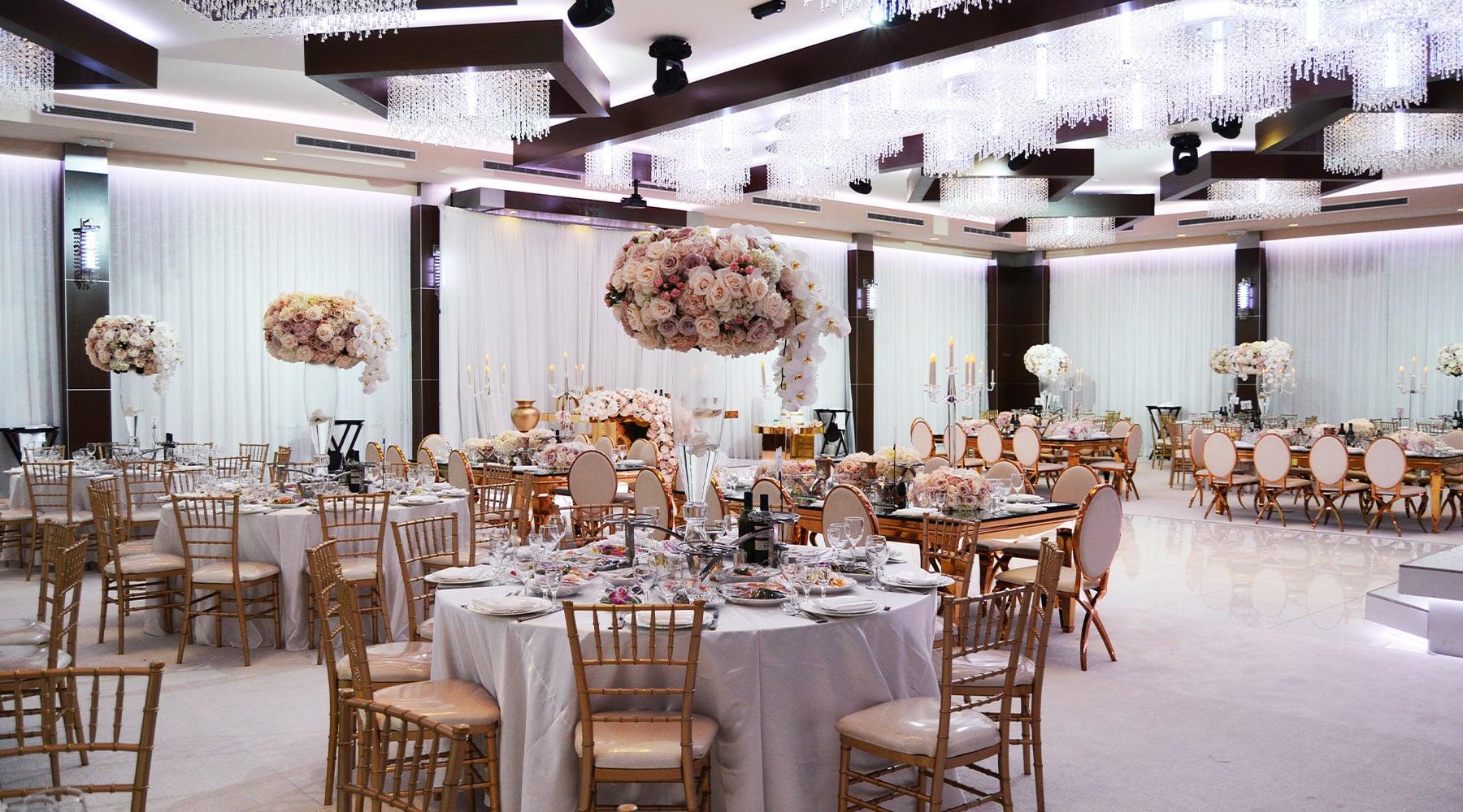 Банкетный зал украшенный цветами