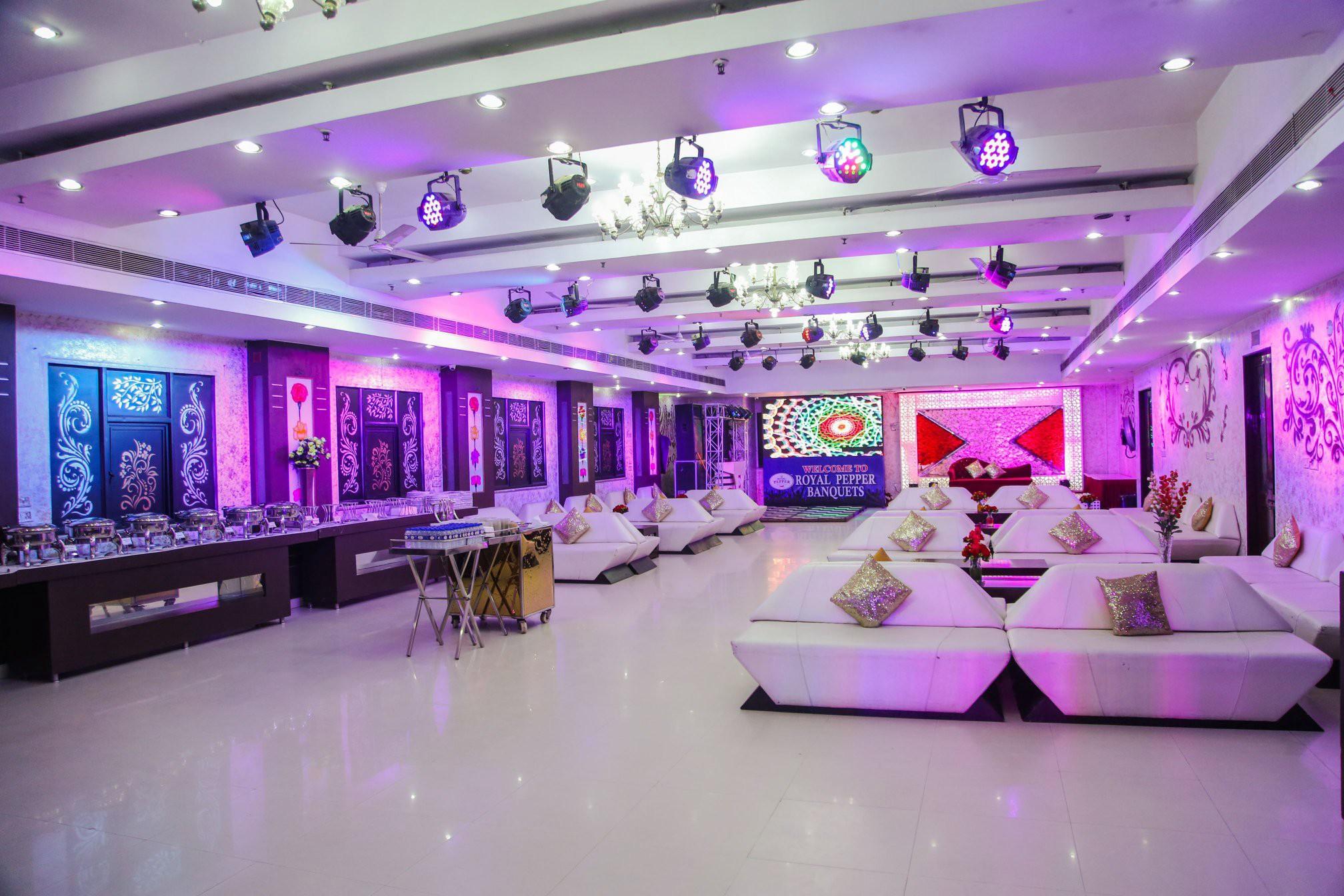 Банкетный зал с сиреневой подсветкой